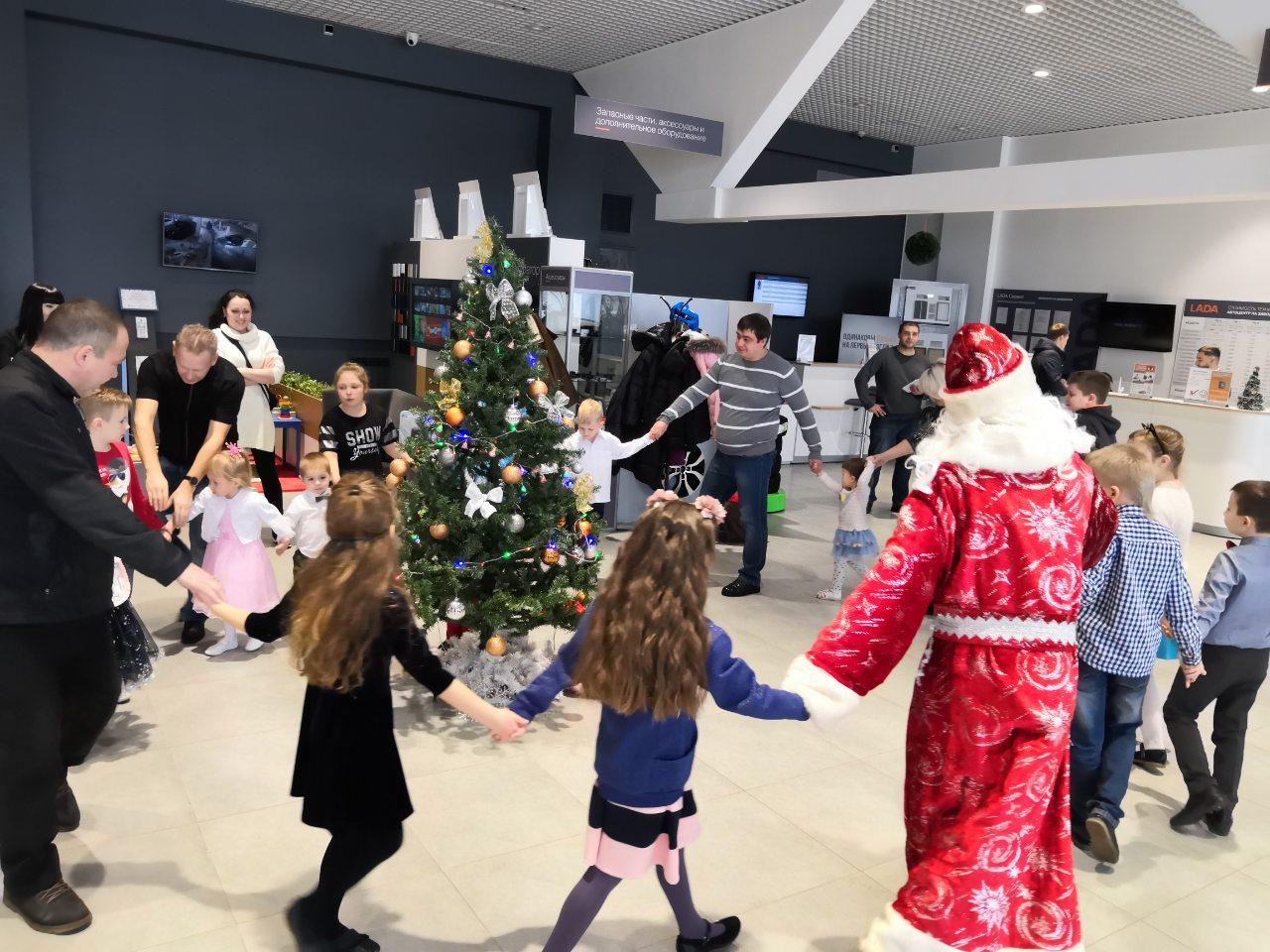 Дети в ''Автоцентр на Заводском'' первыми встретили Деда Мороза и Снегурочку!